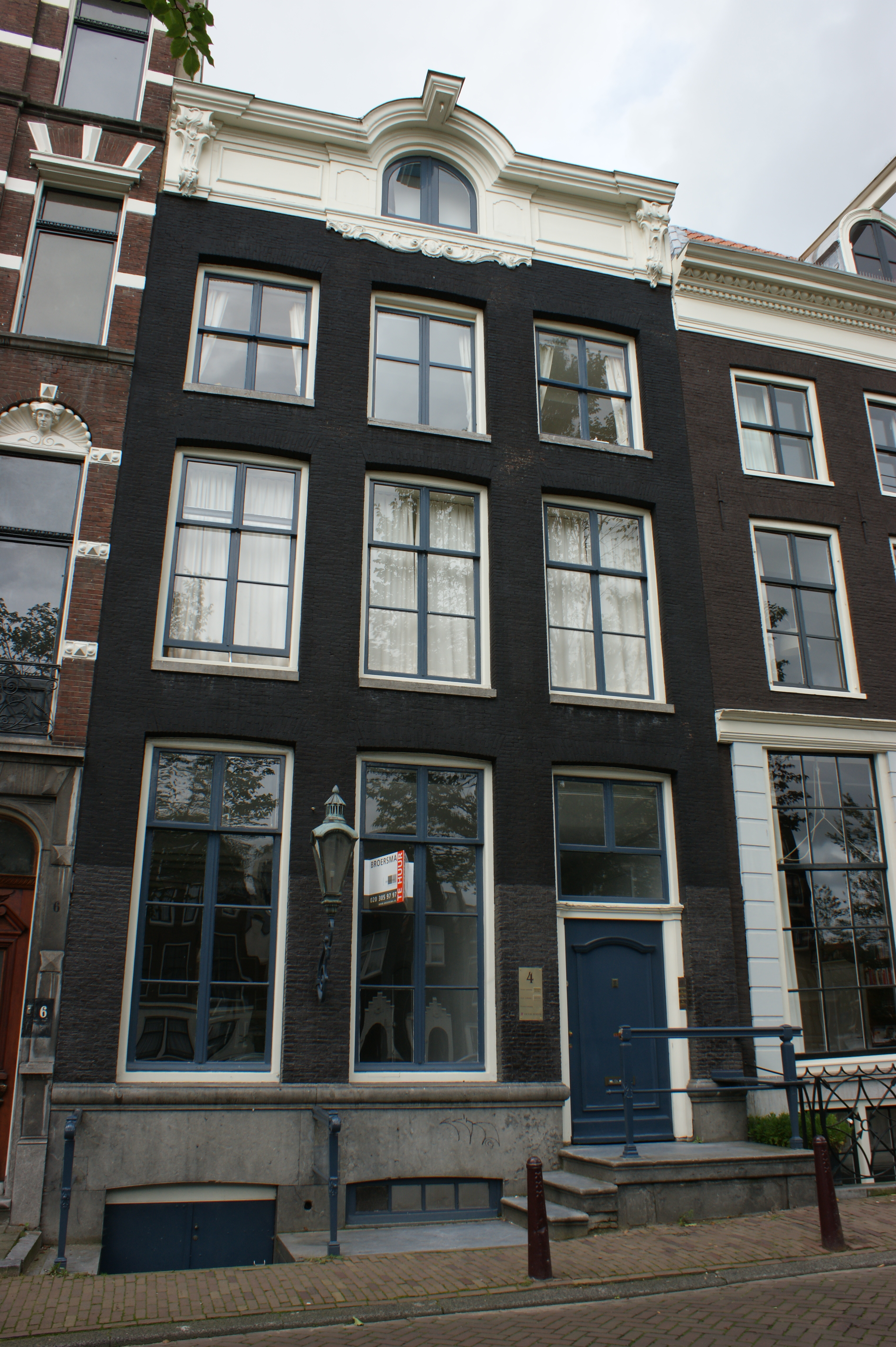 Huis met gevel onder verhoogde lijst met consoles in amsterdam monument - Huis gevel ...