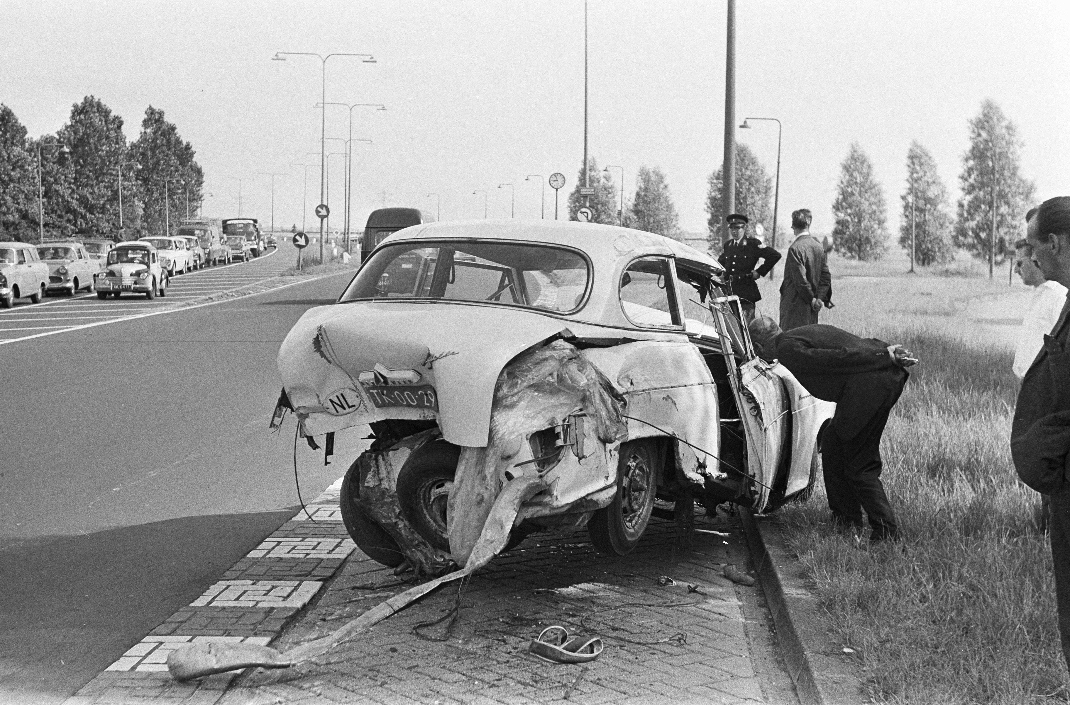 File:Auto-ongeluk bij Schellingwouderbrug, de auto die ongeluk  veroorzaakte, Bestanddeelnr 919-2699.jpg - Wikimedia Commons