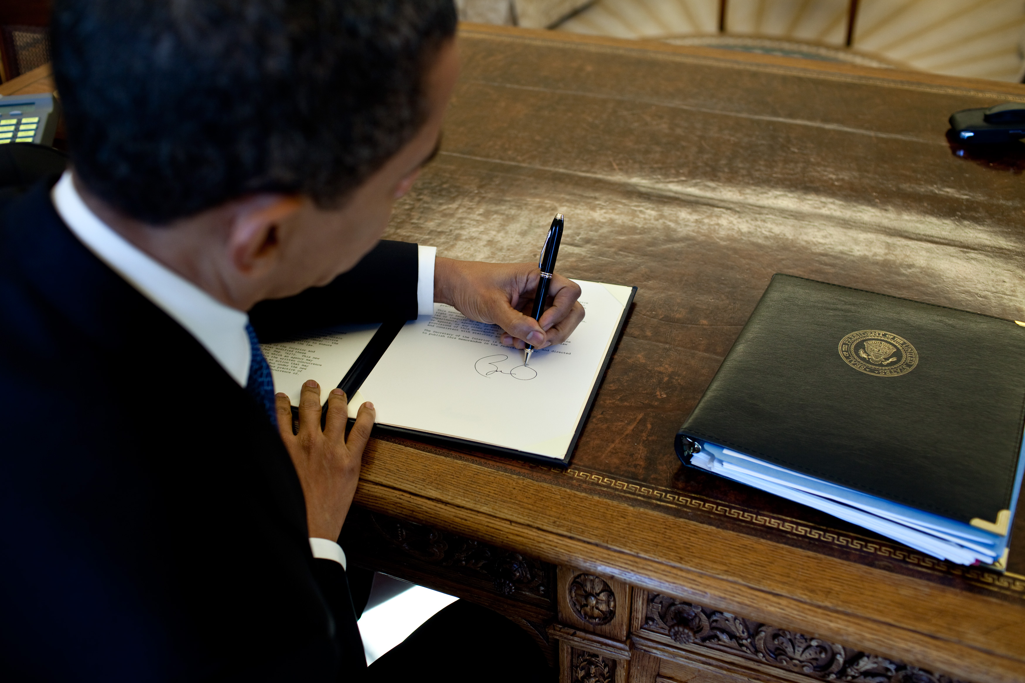File Barack Signs At His Desk Jpg