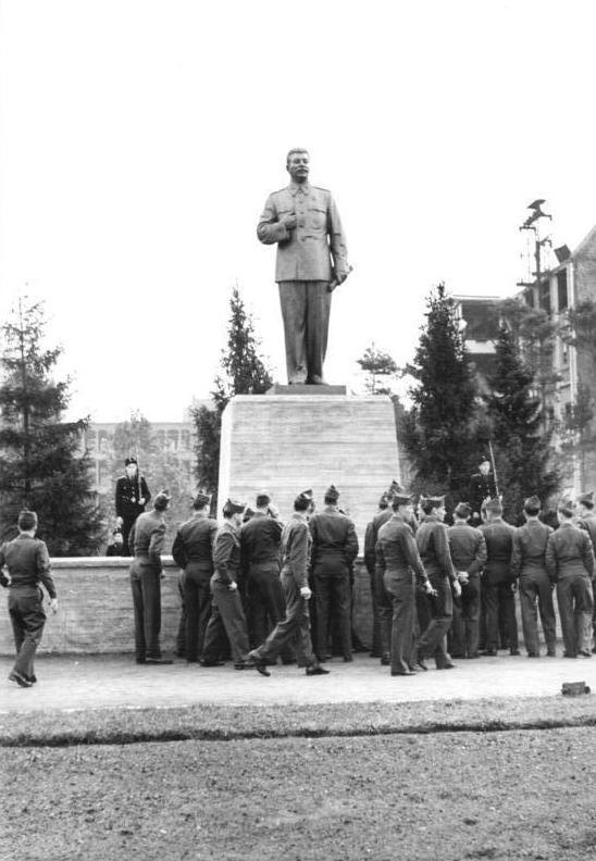 Localisation temporaire de la statue de Staline près de la Stalinallee, futur Karl Marx Allee à Friedrichshain, Berlin.