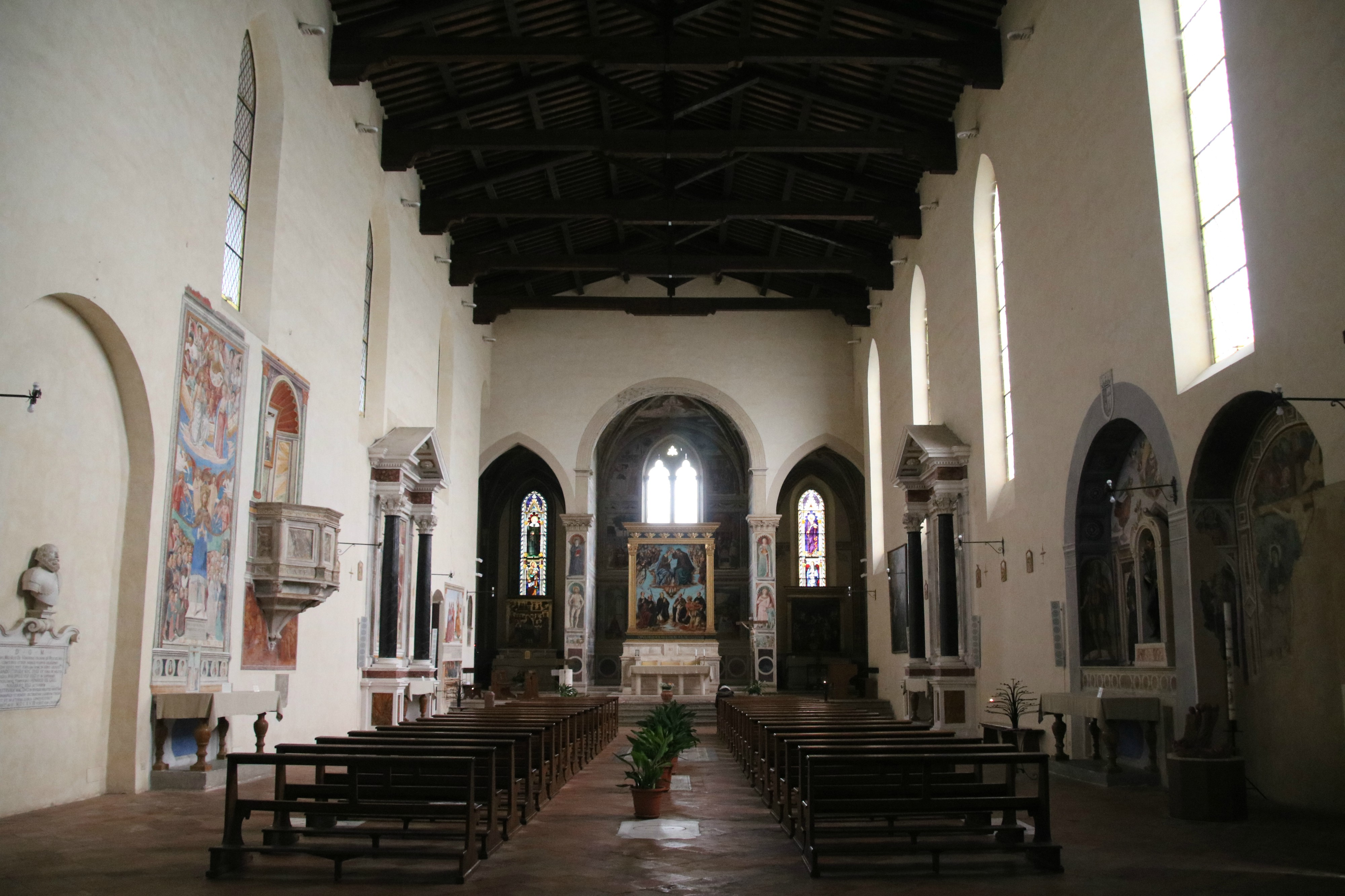 Chiesa di Sant'Agostino a San Gimignano interno.jpg