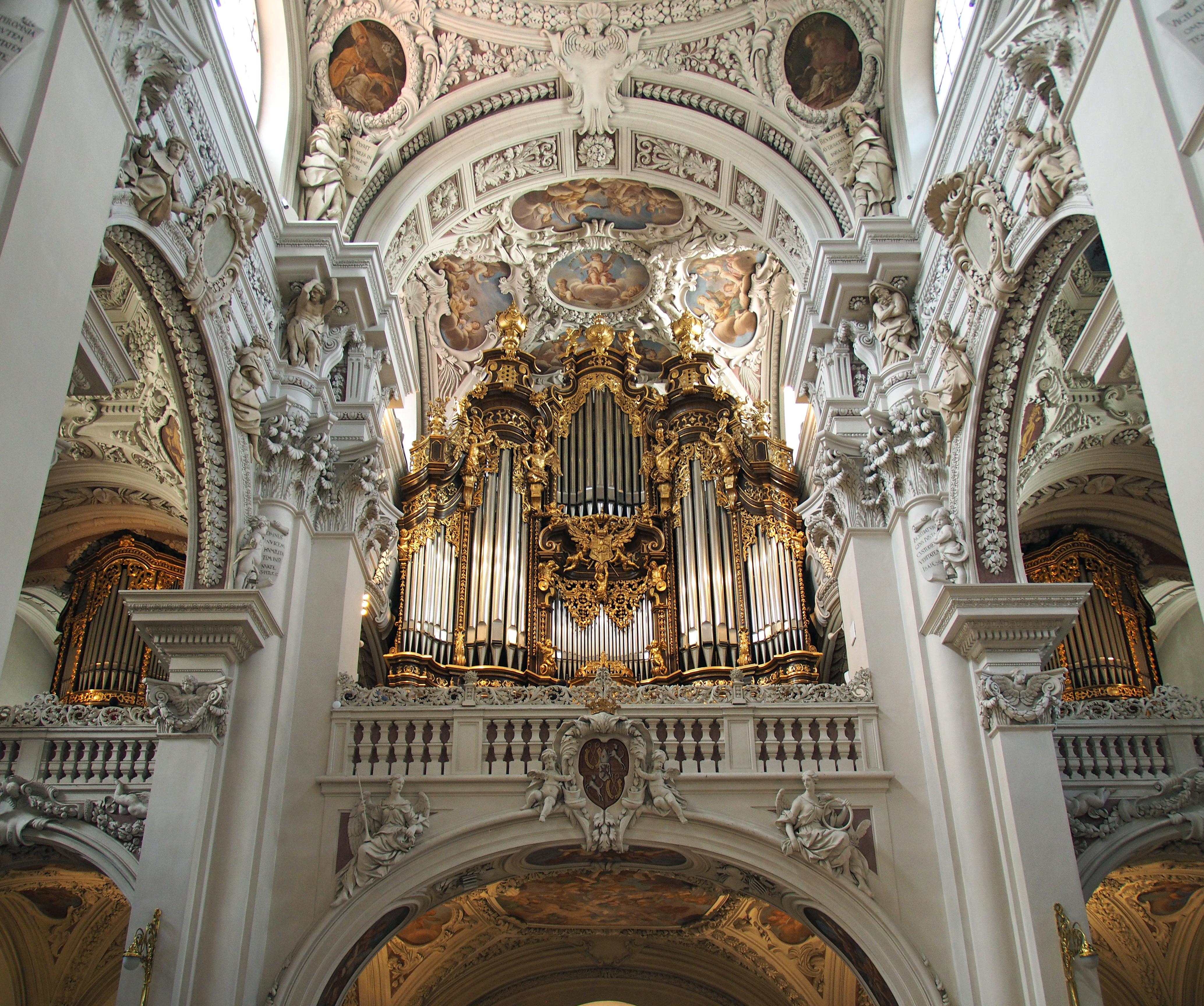 Orgel ähnliches instrument mit brennenden pfeifen
