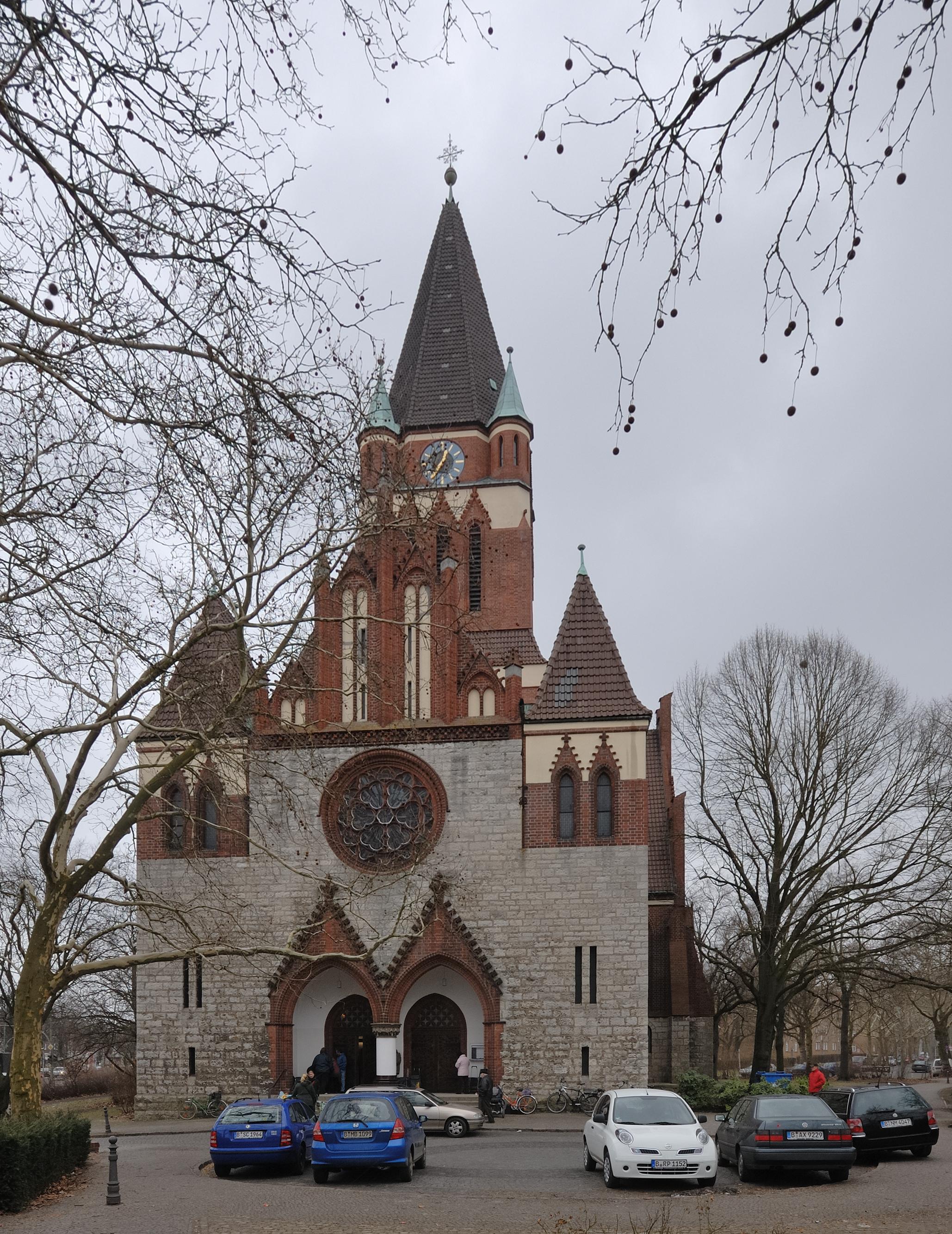 FileDreifaltigkeitskirche Berlin-Lankwitz Nordwestansicht (2010).jpg - Wikimedia Commons