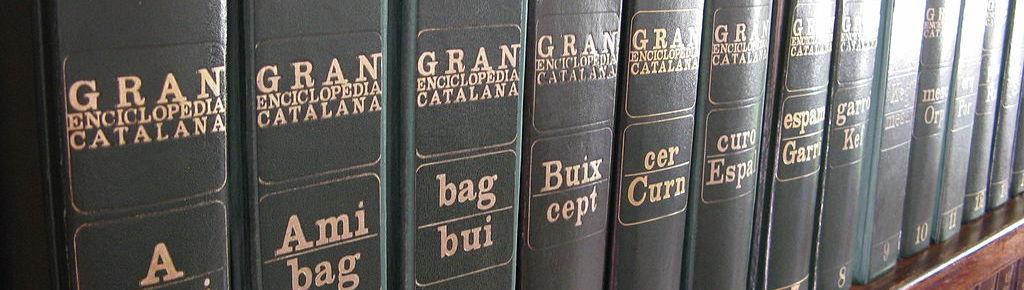 Diversos volums de la Gran Enciclopèdia Catalana