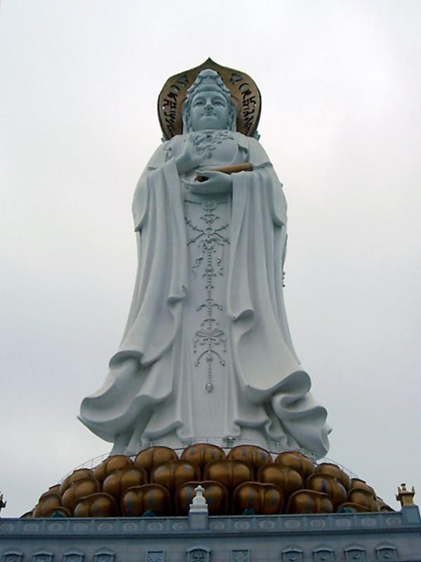 https://upload.wikimedia.org/wikipedia/commons/b/bf/Guanyin_Sanya.jpg