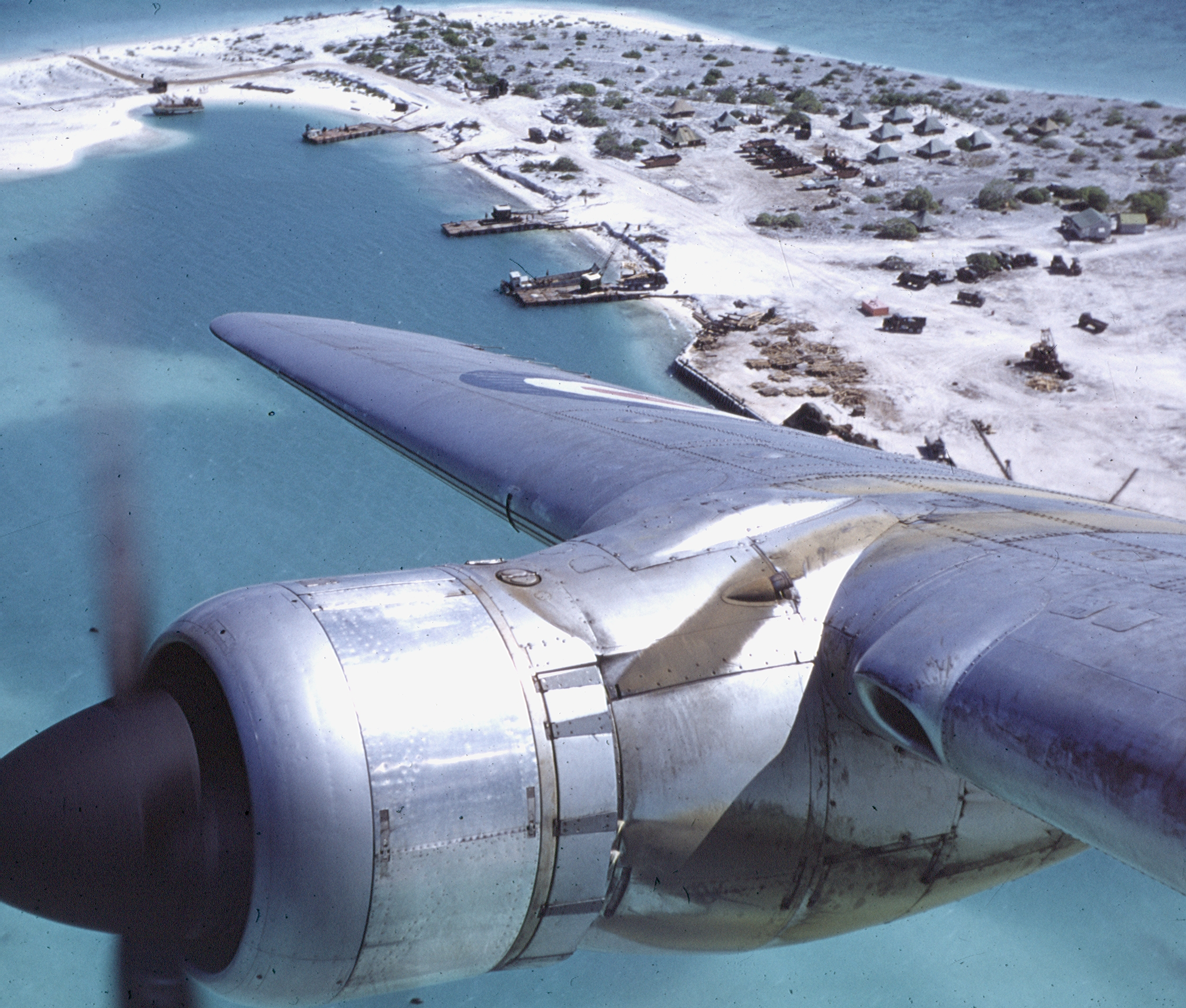 File:Hastings TG 582 over London, Xmas Island Aug 1956.jpg ...
