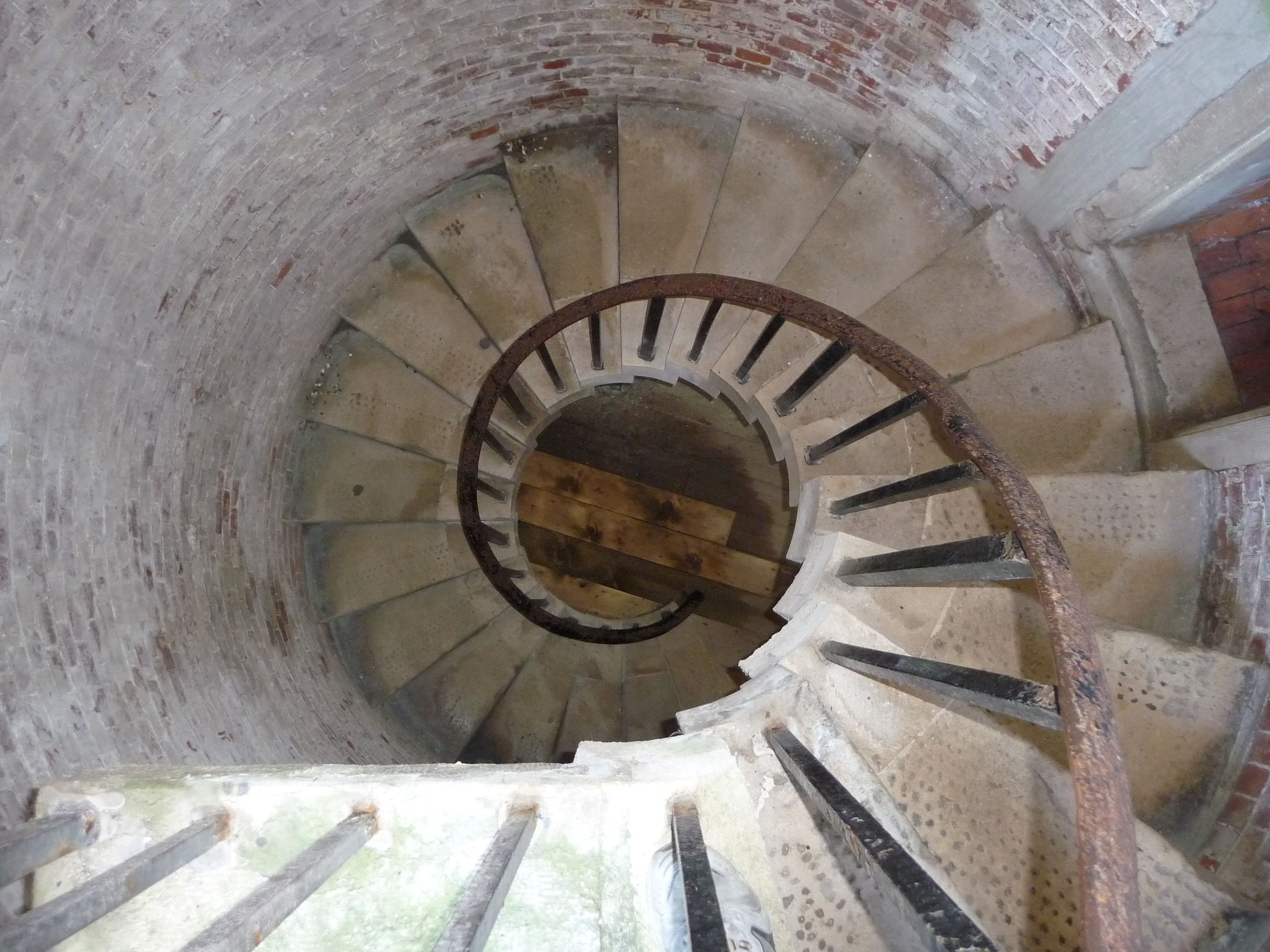 File hurst castle spiral stairs for Half spiral staircase