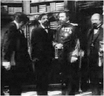 """Scenă din """"Independenţa României"""" (1912). La mijloc, Brătianu (M. Vîrgolici), Carol (Ar. Demetriade) şi Kogălniceanu (I. Niculescu)"""