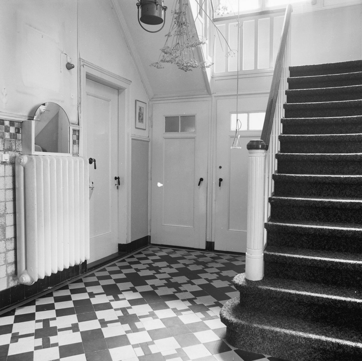 File Interieur, gang op de begane grond  met trap, deuren, een radiator, en tegels op de vloer