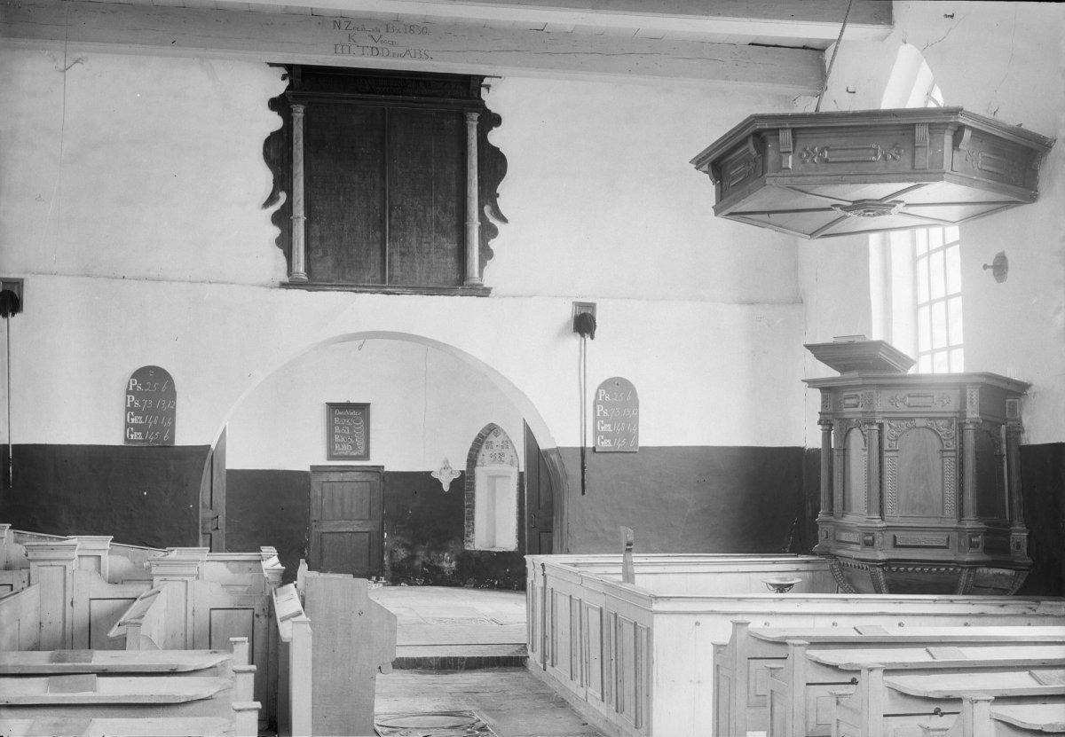 File interieur overzicht met preekstoel en kerkbanken for Interieur 1970