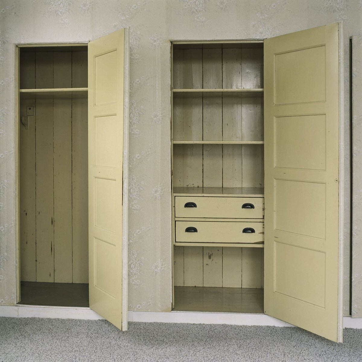 File:Interieur, slaapkamer met wandkasten met geopende deuren, op de ...