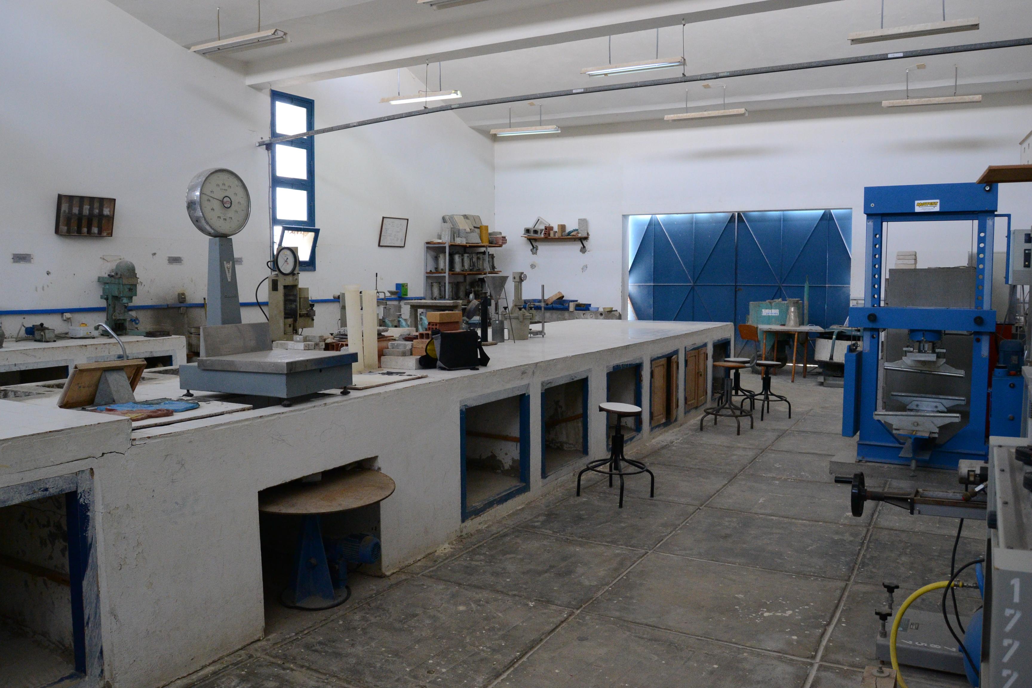 File laboratoire de materiaux de construction jpg wikimedia commons - Type de materiaux de construction ...