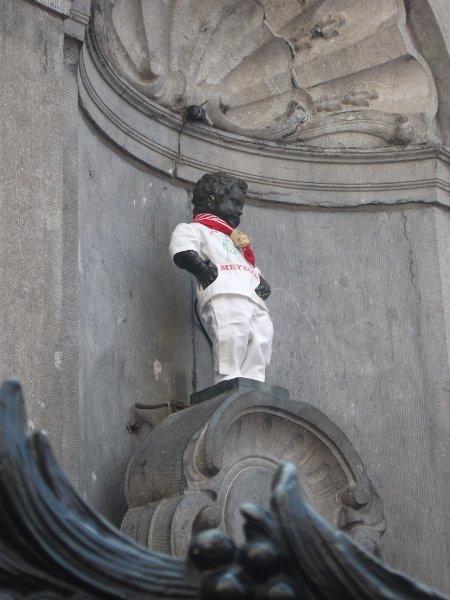 Manneken Pis in poependroeger costume