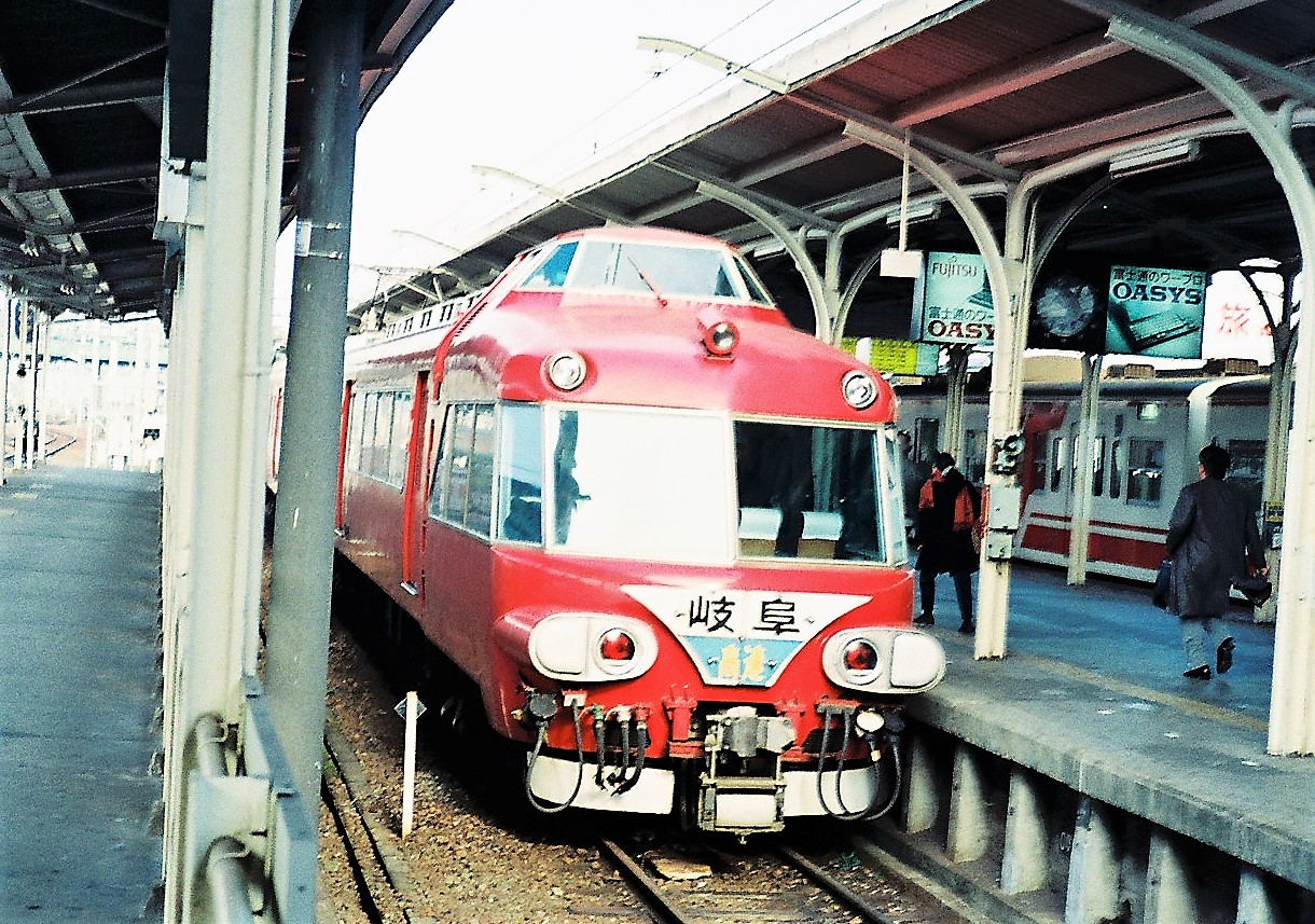 https://upload.wikimedia.org/wikipedia/commons/b/bf/Meitetsu_7000_at_Toyohashi_Station.jpg