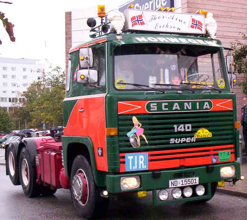 upload.wikimedia.org/wikipedia/commons/b/bf/Scania_140_Truck_2.jpg