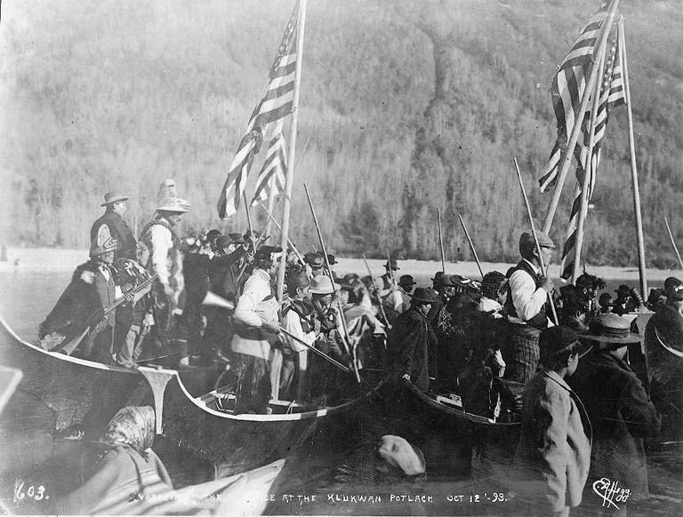 Espectadores em canoa num potlatch tinglit - Foto Eric Hegg (Universidade de Washington)