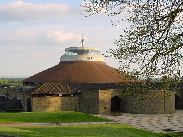 La abadía de Worth en Crawley, Sussex Occidental donde Robert Smith y Mary Poole contrajeron matrimonio en 1988.