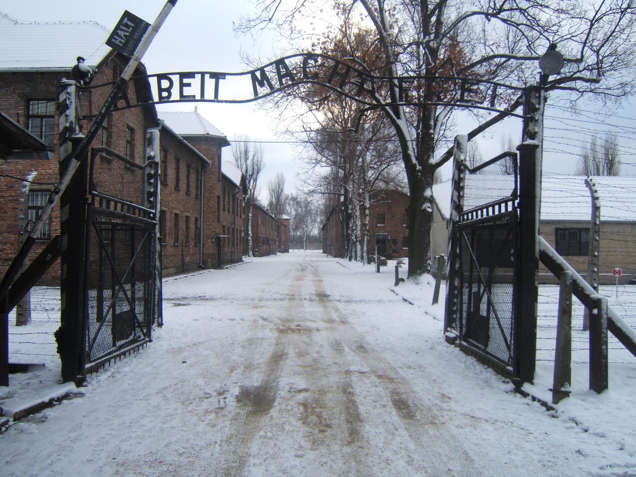 L'entrata del campo di concentramento di Auschwitz con la tristemente celebre scritta Arbeit macht frei