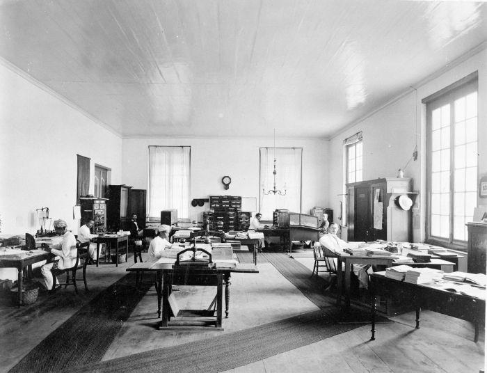 File:COLLECTIE TROPENMUSEUM Het interieur van de kamer van de ...