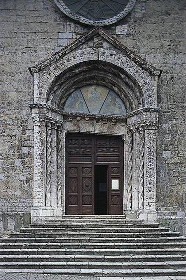 Roccalbegna, Chiesa dei Santi Pietro e Paolo, portale