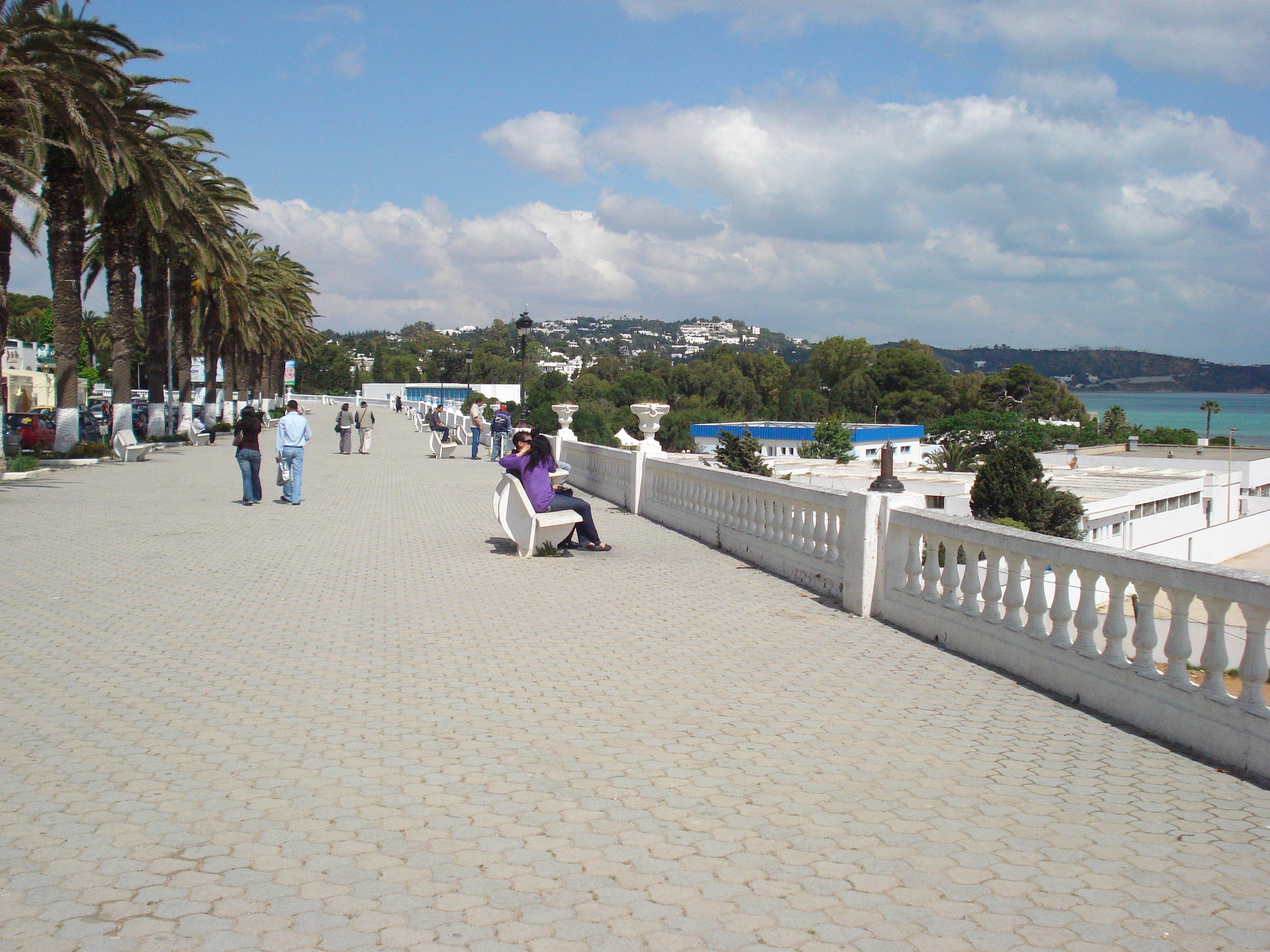 التعريف بتونس كبلد سياحي المعلومات Corniche_La_Marsa_Plage_2.jpg