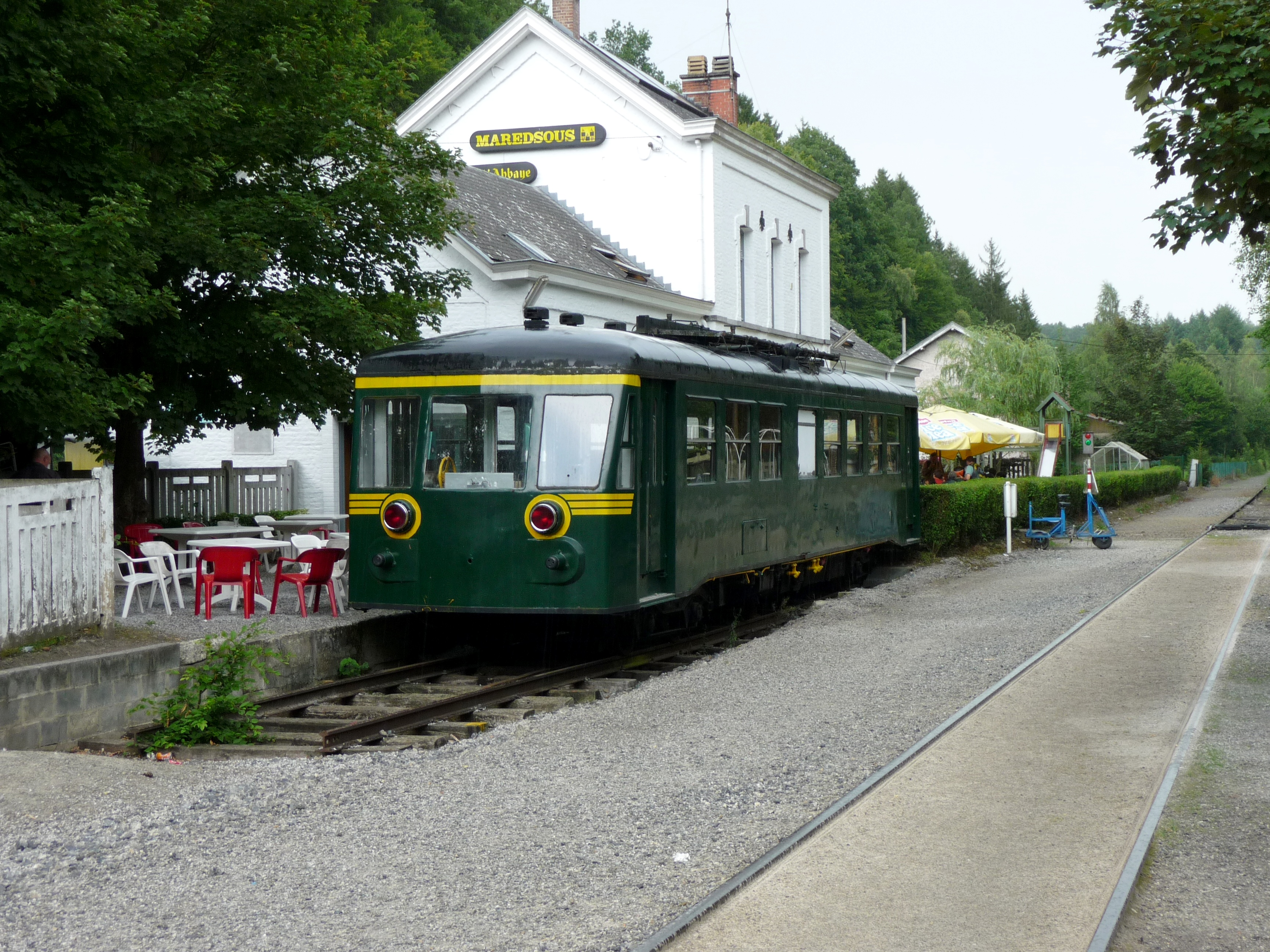 Autorail Brossel Rh 553 Piko - Page 2 Denee-Maredsous_Station_with_former_belgian_railcar_4614
