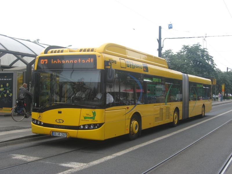 Der Solaris Urbino 18 Hybridbus der Dresdener Verkehrsbetriebe am Pirnaischen Platz