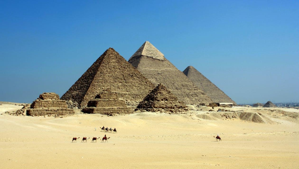 ملف:Giza Pyramids - أهرامات الجيزة.png