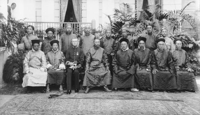 Rai Bahadur Sönam Wangfel Laden La (1876-1937), en haut à gauche - Wikicommons