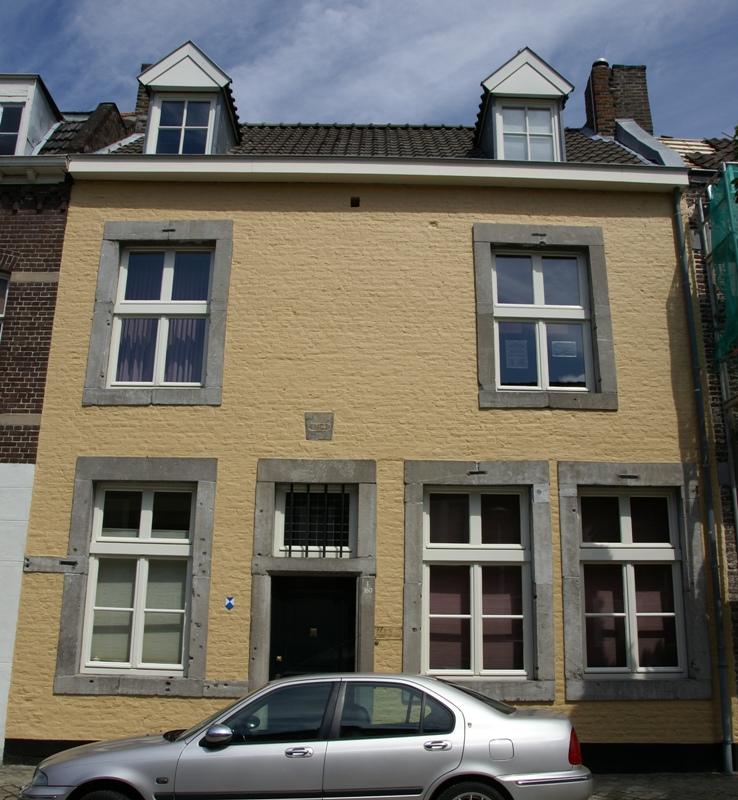 Huis met lijstgevel voorzien van hardstenen vensterkozijnen waaruit de kruisgespannen verdwenen - Huis ingang ...