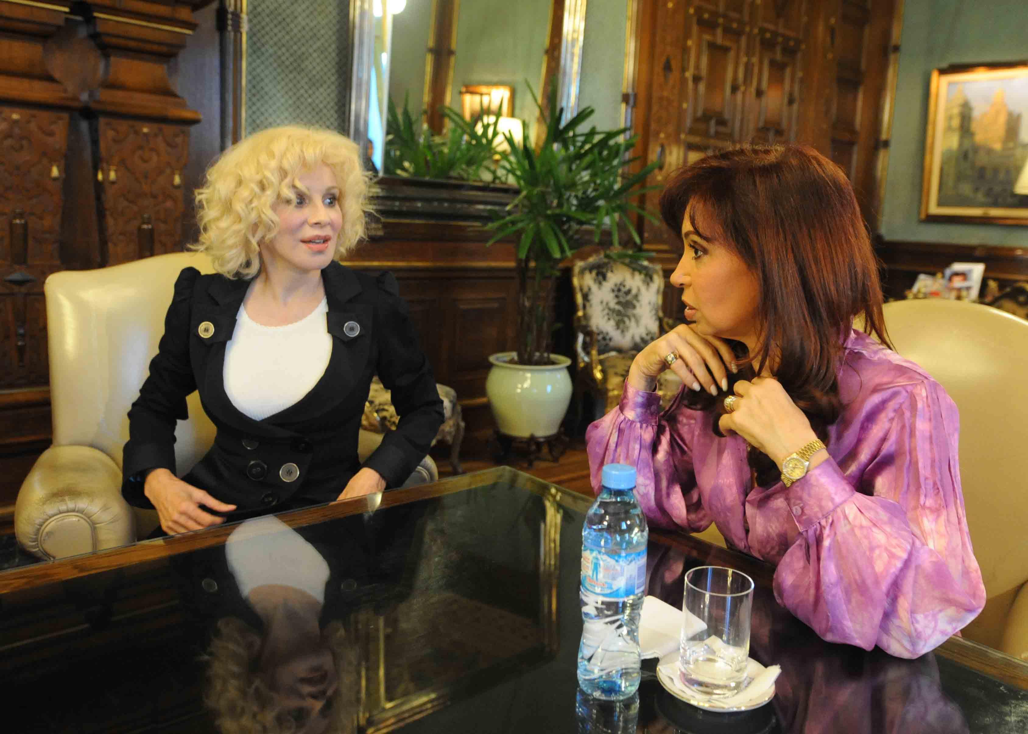 Nacha Guevara reunida con la presidenta Cristina Fernández en la Casa Rosada, 2009.