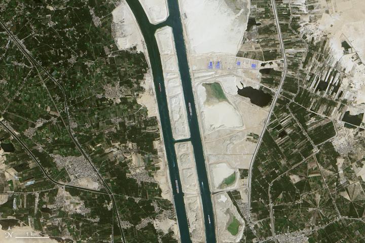 כל אוניה שעוברת בתעלת סואץ משלמת בן 100000 דולר ל250000 דולר בממוצע מינימום למעבר חד פעמי New_Suez_canal_detail