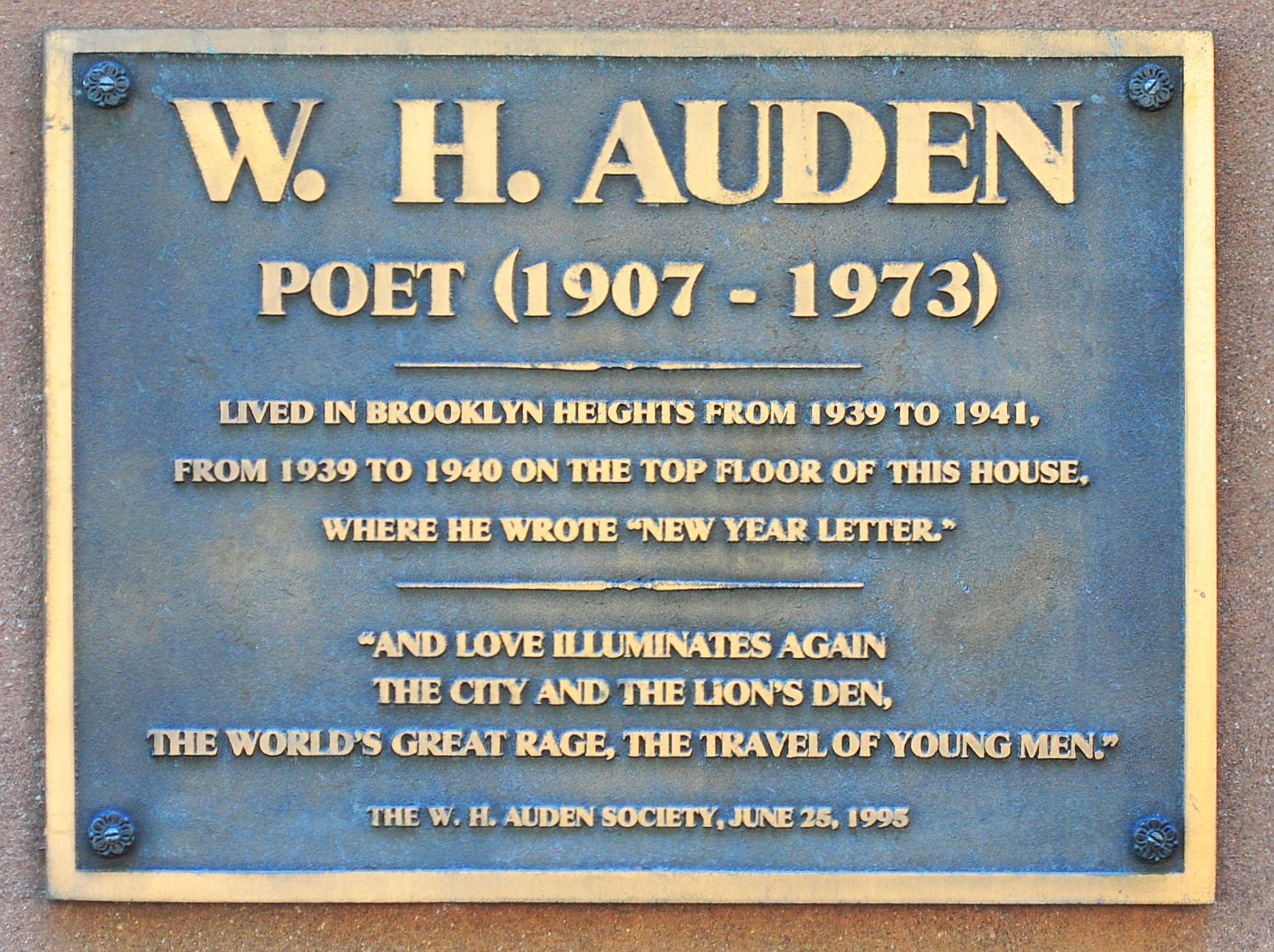 Placa conmemorativa en una de las casas de Auden en Brooklyn Heights, Nueva York
