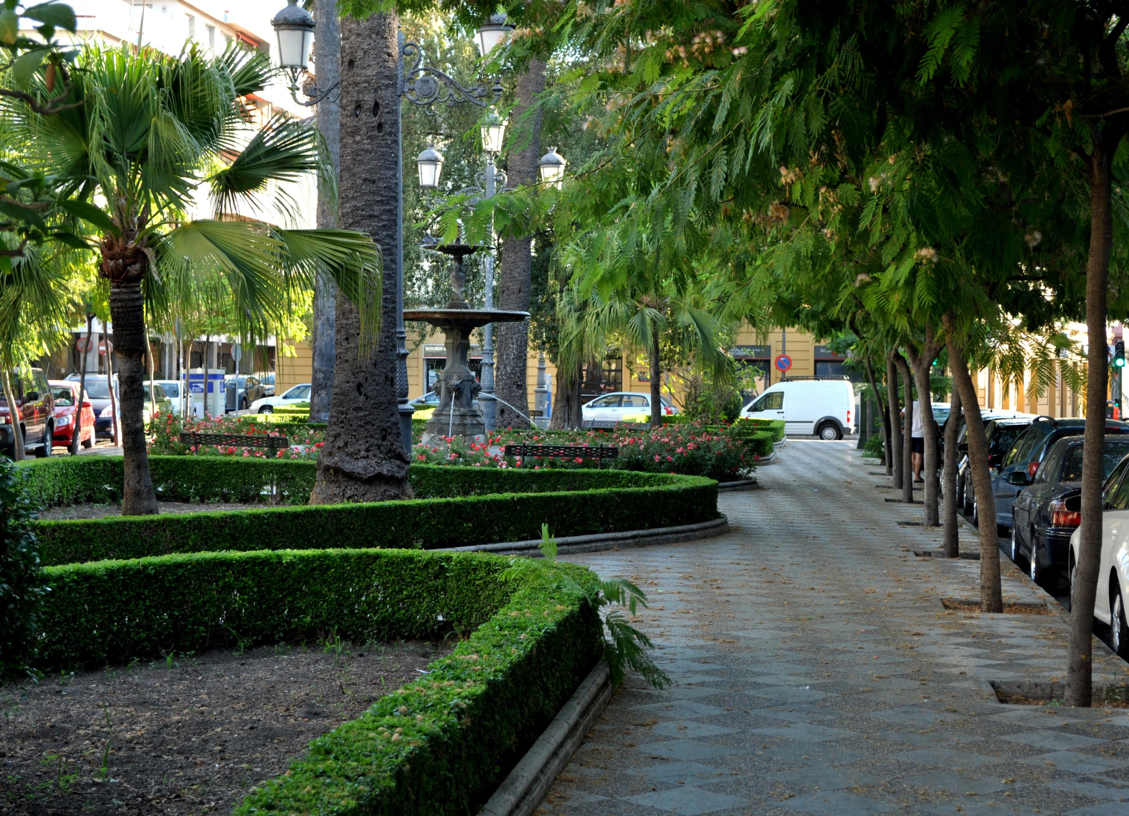 File plaza aladro jardines fuente jerez jpg for Parques con jardines