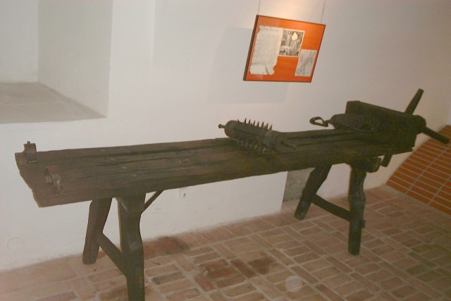 Soubor:Poland - torture bed in Torture Museum.jpg