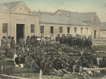 Grupo de selknam, en Puerto Harris, Isla Dawson, 1896.