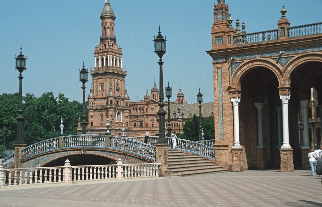 http://upload.wikimedia.org/wikipedia/commons/c/c0/Sevilla_plaza_espana.jpg