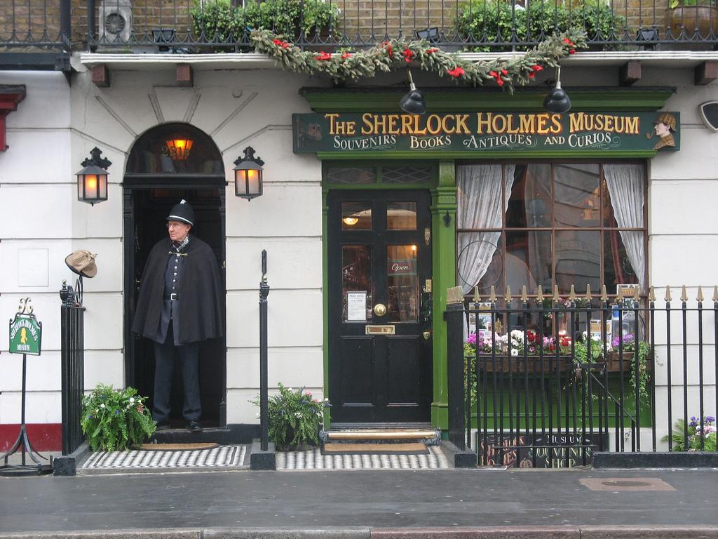 http://upload.wikimedia.org/wikipedia/commons/c/c0/Sherlock_Holmes_Museum.jpg