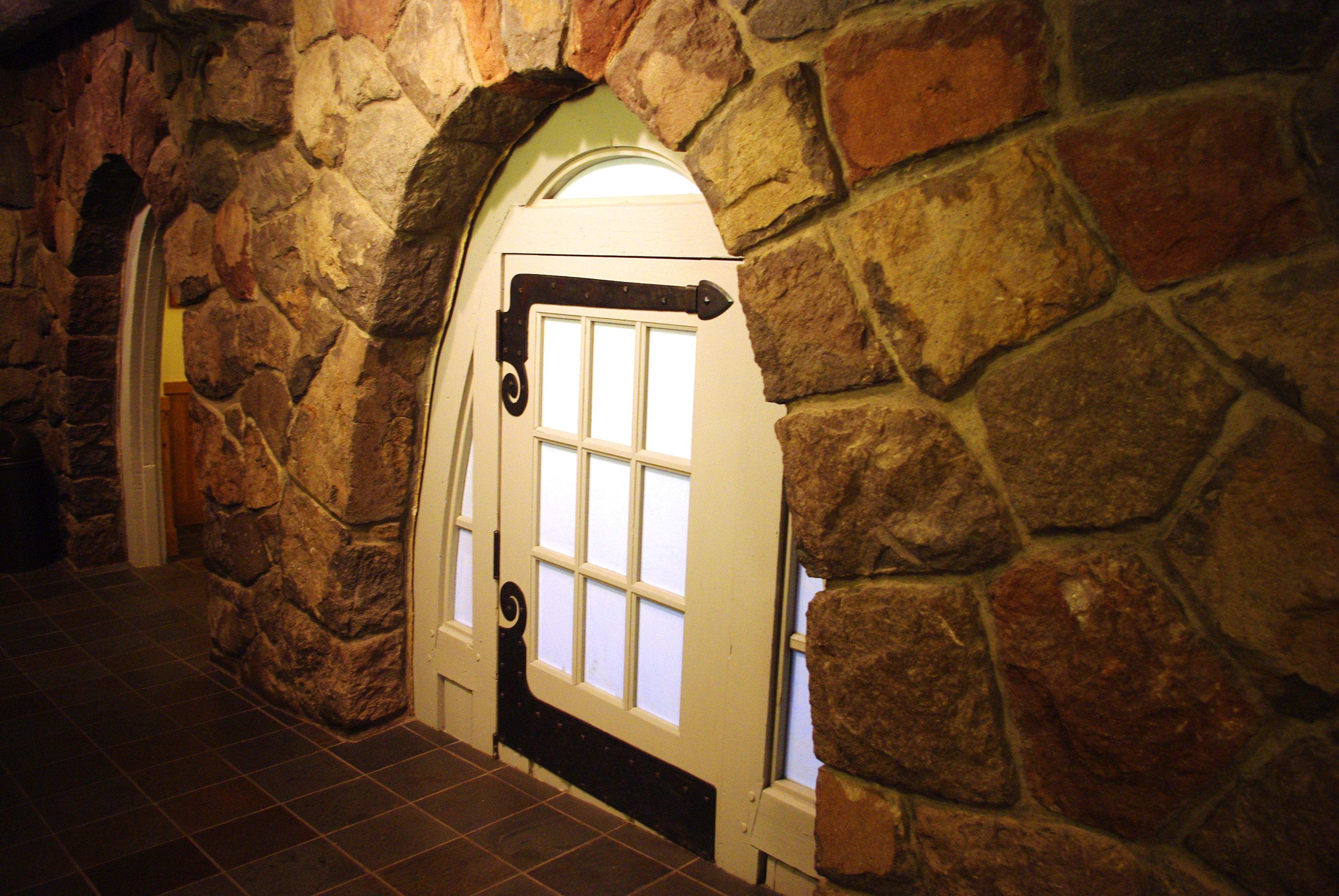 Superbe File:Small Door At Timberline Lodge Oregon.JPG