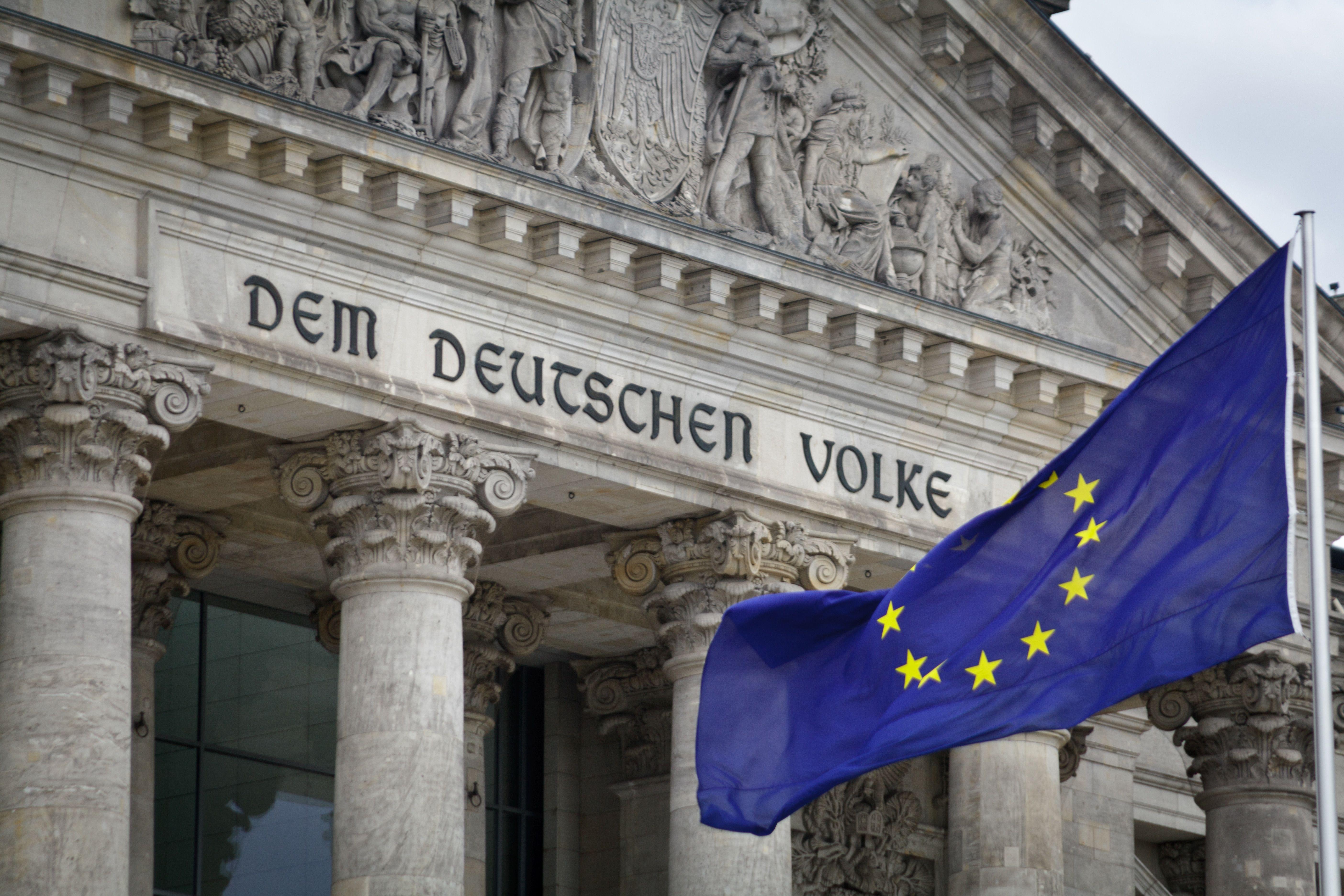 EU-Flagge vor dem Bundestag