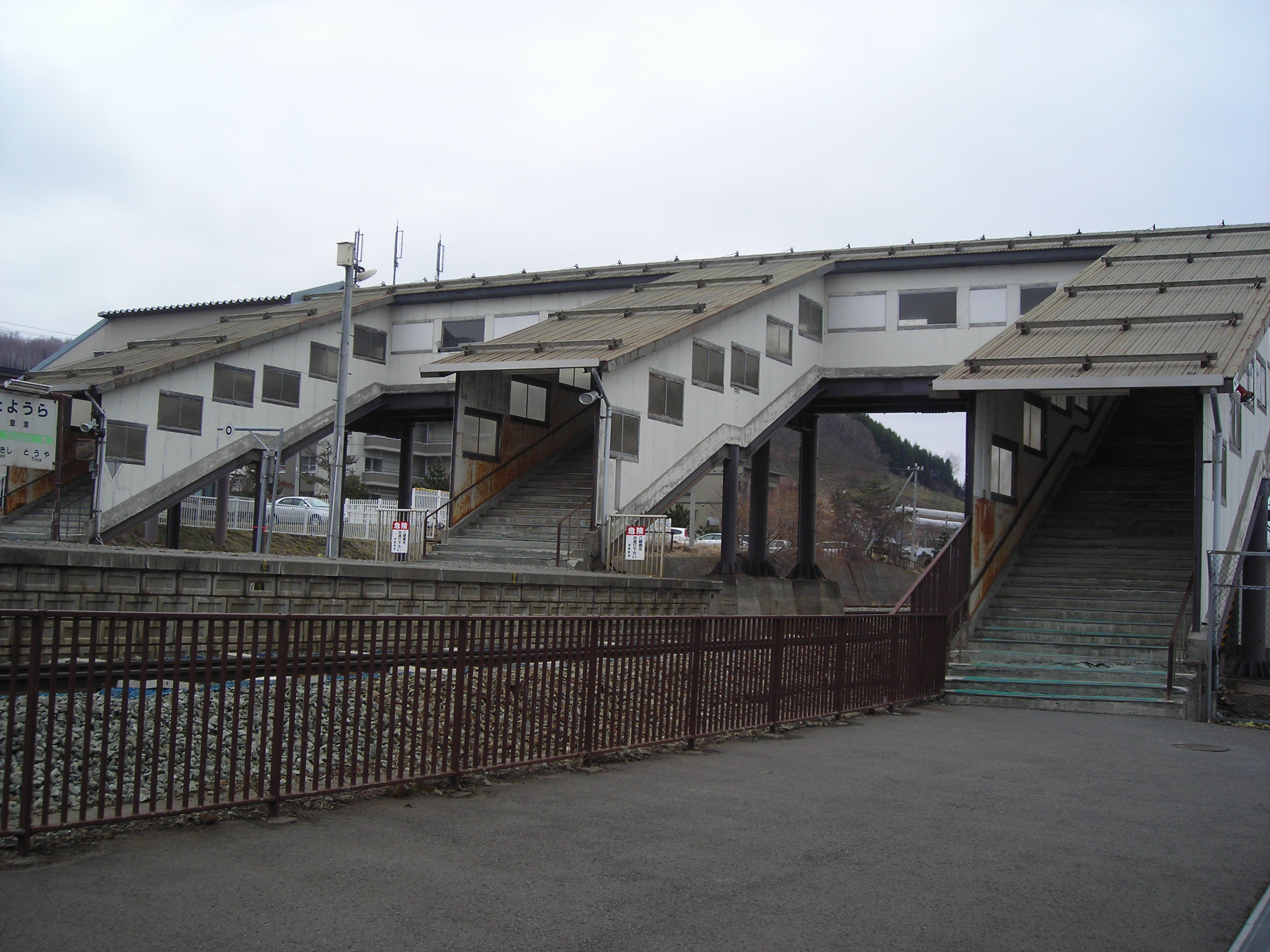 https://upload.wikimedia.org/wikipedia/commons/c/c0/Toyoura_sta_overpass.JPG