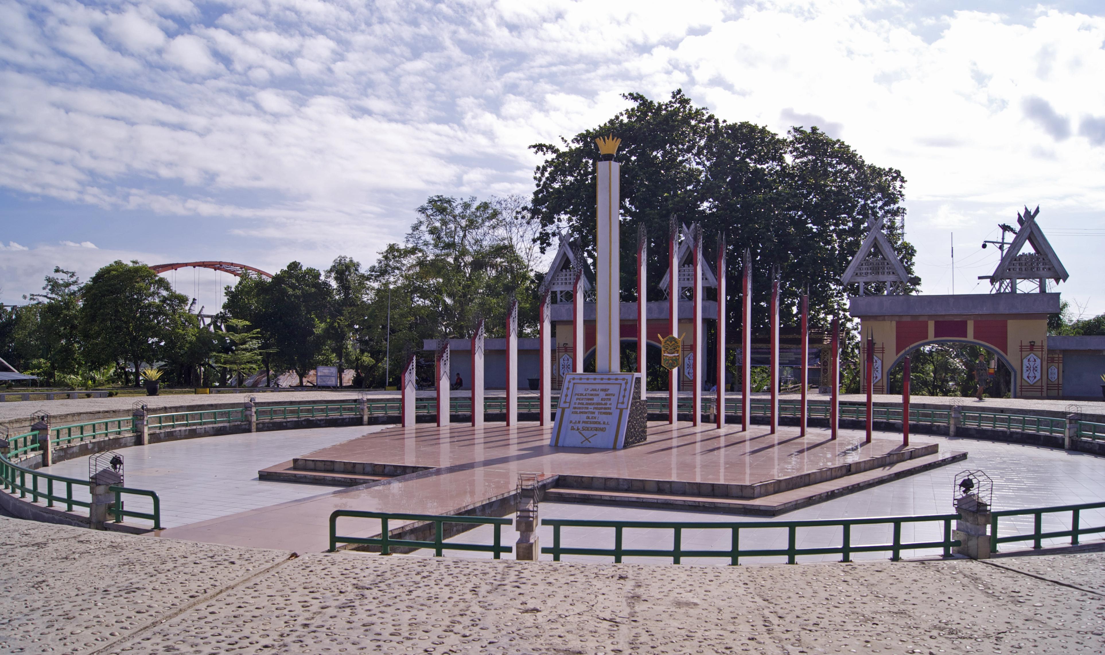 File Tugu Sukarno Palangkaraya Jpg Wikimedia Commons
