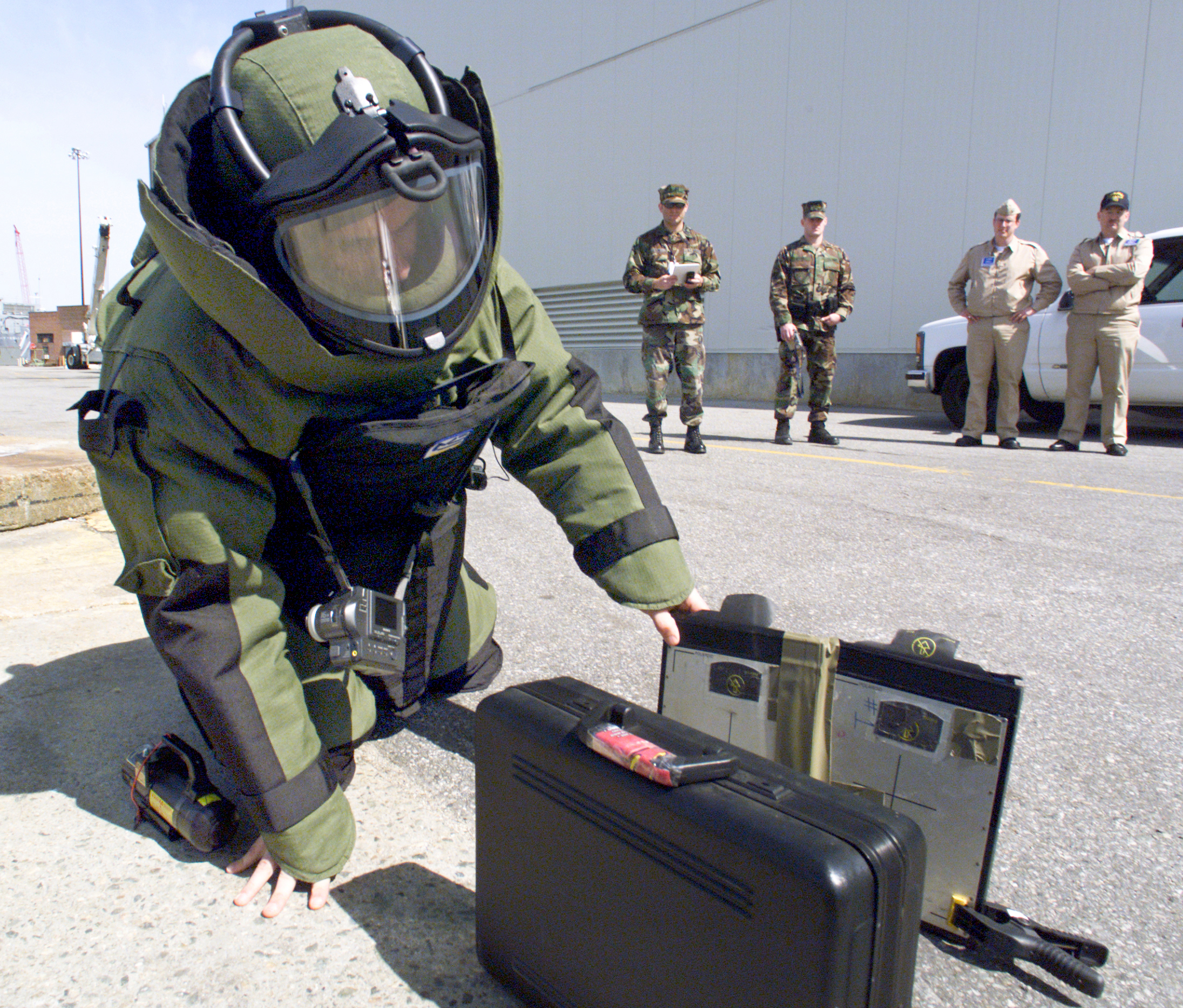 File:US Navy 020411-N-8363-H-023 EOD Training.jpg - Wikimedia Commons
