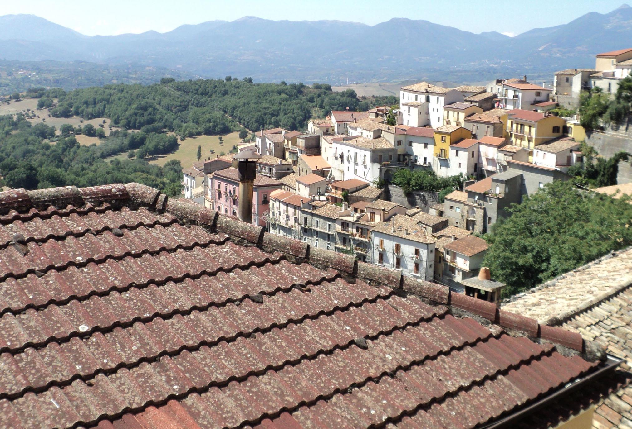 https://upload.wikimedia.org/wikipedia/commons/c/c0/Viggianello_Panorama.JPG