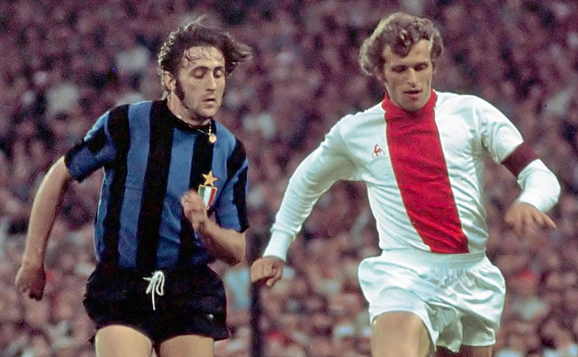 43926eca5 Un frangente della finale di Coppa dei Campioni 1971-1972 tra Inter e Ajax:  a destra, sulla maglia degli olandesi è già presente il logo del fornitore  ...