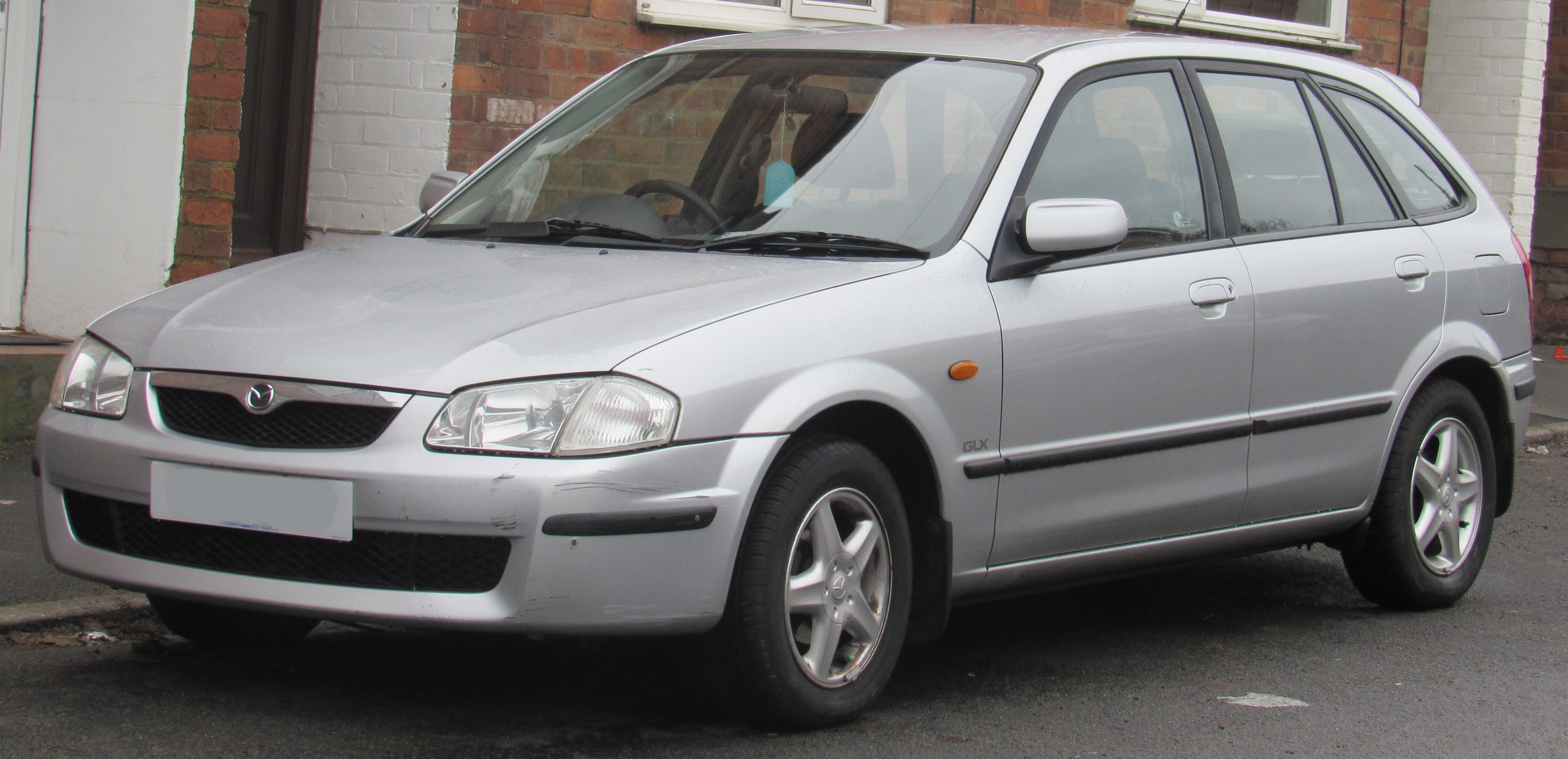 https://upload.wikimedia.org/wikipedia/commons/c/c1/2000_Mazda_323F_1.5_Front.jpg