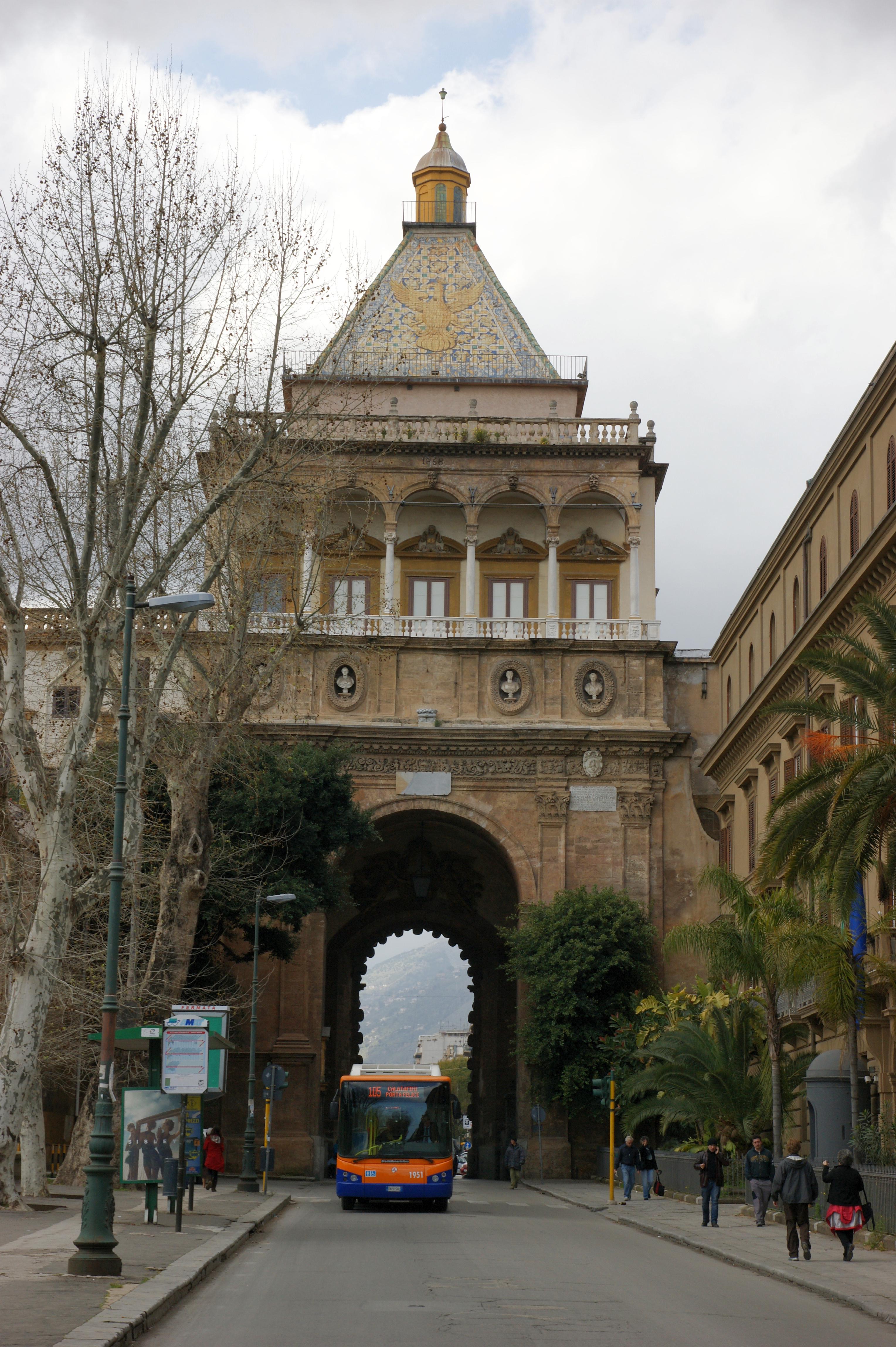 File 2009 03 22 03 29 sizilien 096 palermo porta nuova 3411624019 jpg wikimedia commons - Porte a palermo ...