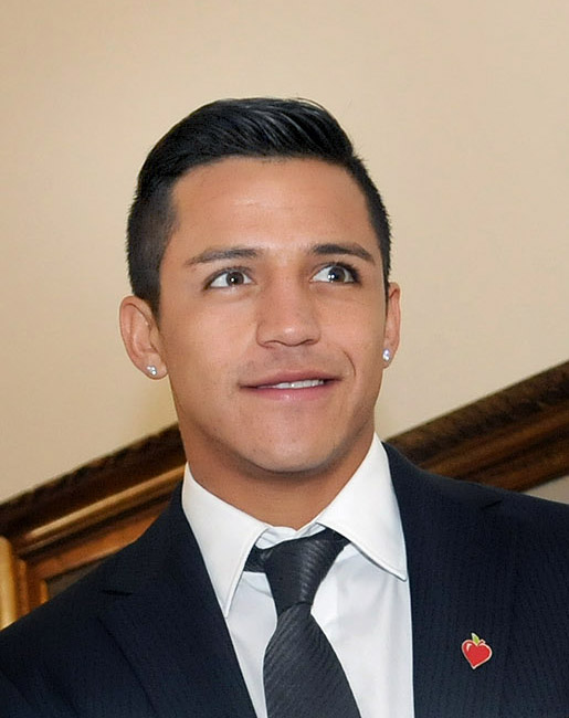 The 29-year old son of father José Delaigue and mother(?), 169 cm tall Alexis Sánchez in 2018 photo