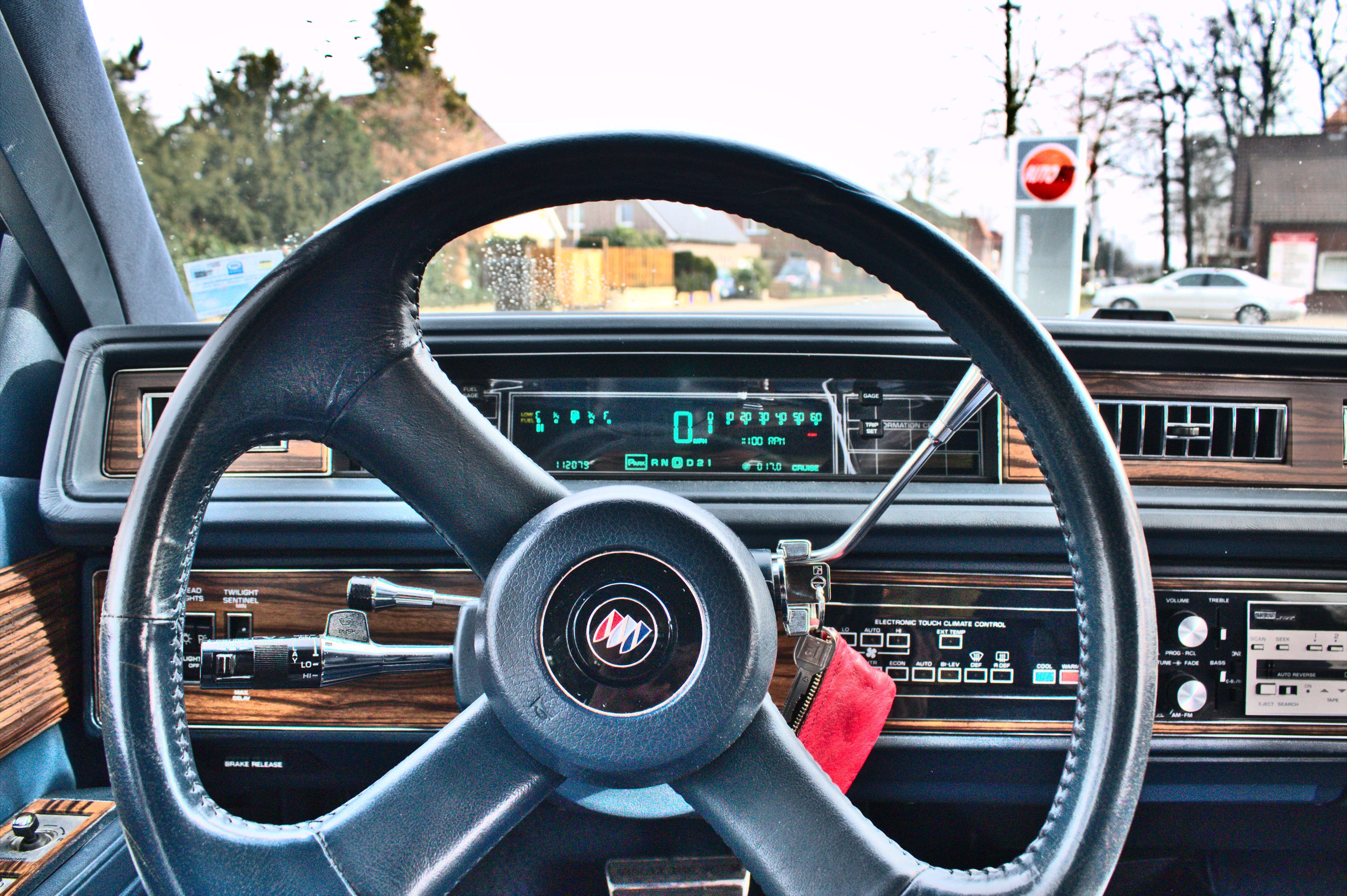 Buick_Electra_1989_digital_cockpit.JPG