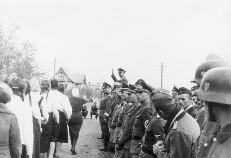 Молодёжь фольксдойче марширует перед рейхсфюрером СС Гиммлером. г. Halbstadt (Молочанск). 31 октября 1942 г.